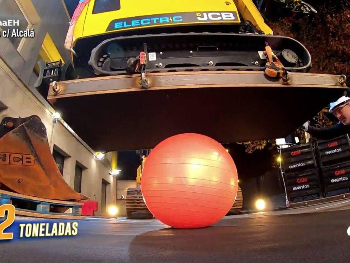 Foto: La pelota de pilates, a prueba. (Atresmedia)