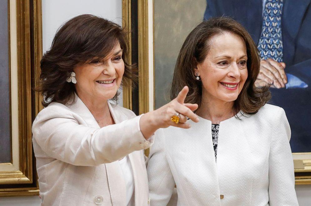Foto: Carmen Calvo, con la nueva directora del Centro de Estudios Políticos y Constitucionales, Yolanda Gómez (d), este 30 de julio durante su toma de posesión. (EFE)