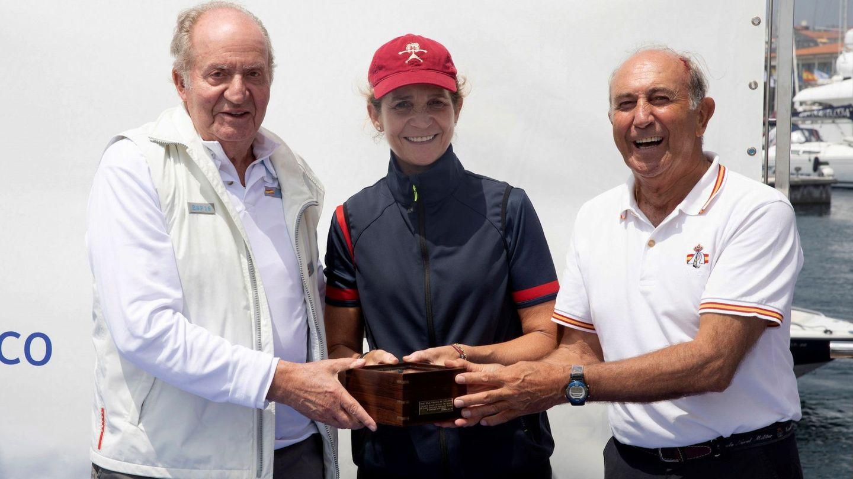 El rey emérito don Juan Carlos junto a su hija. (EFE)