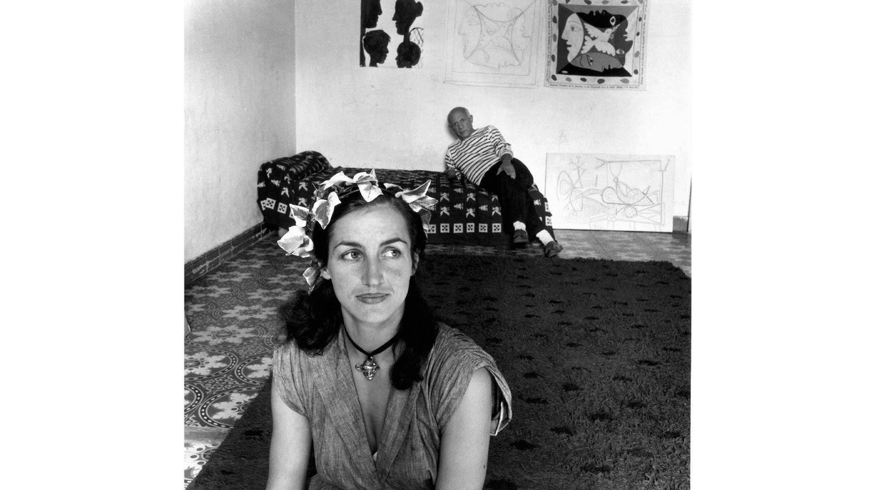 Foto: Françoise Gilot con Pablo Picasso en segundo plano, en una foto tomada en Francia en torno a 1952. (Getty Images)