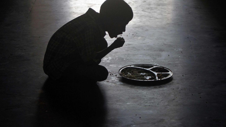 Niño come en un orfanato de la India. (Reuters)