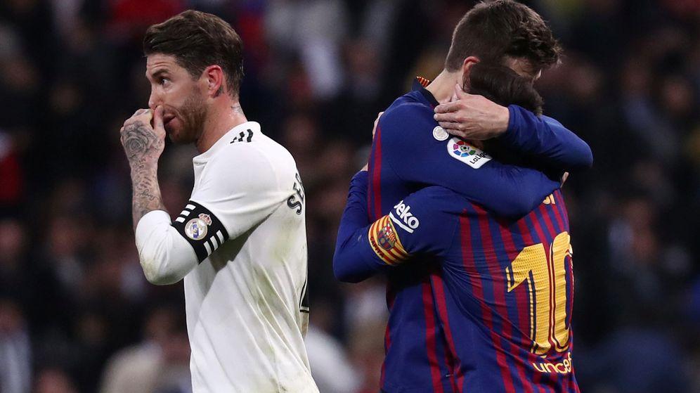 Foto: Gerard Piqué y Leo Messi se abrazan durante un Clásico. (Reuters)