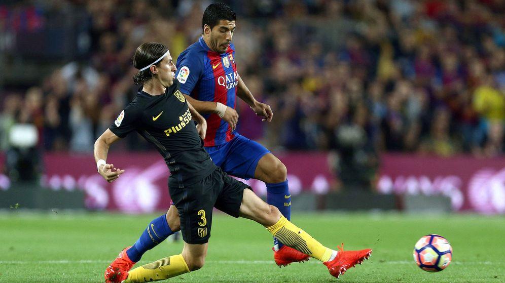 Foto: Filipe y Luis Suárez, durante el Barça-Atlético del Camp Nou. (EFE)