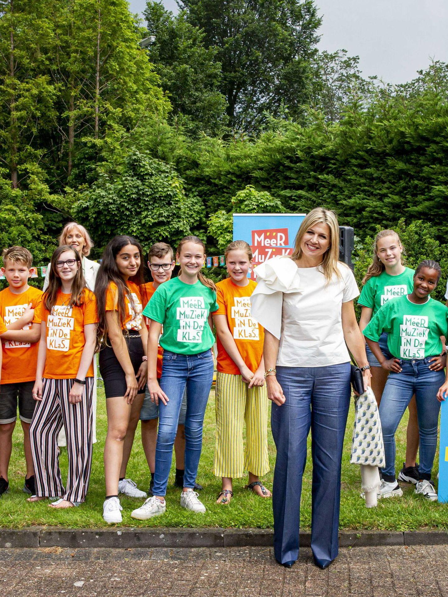 Máxima de Holanda, con camisa blanca con detalle de lazo en una visita a un colegio. (EFE)