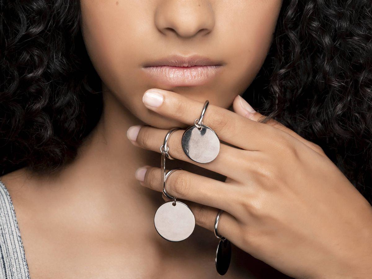 Foto: ¿Un anillo que facilita algunos pasos del maquillaje? (Imaxtree)