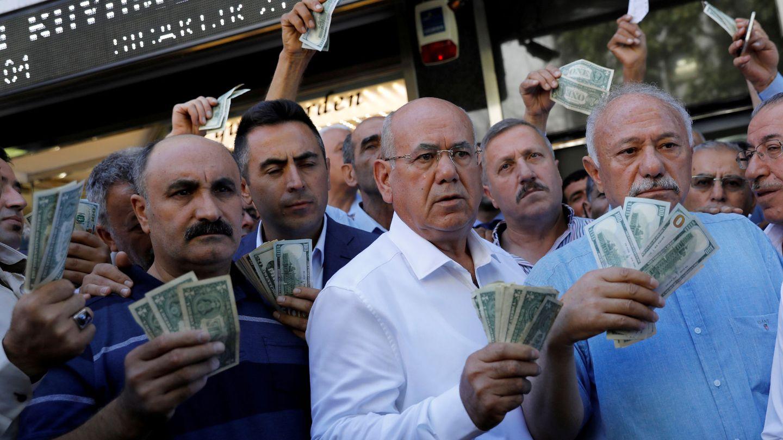 Comerciantes turcos hacen cola para cambiar dólares en una oficina de cambio en Ánkara, el 14 de agosto de 2018. (Reuters)