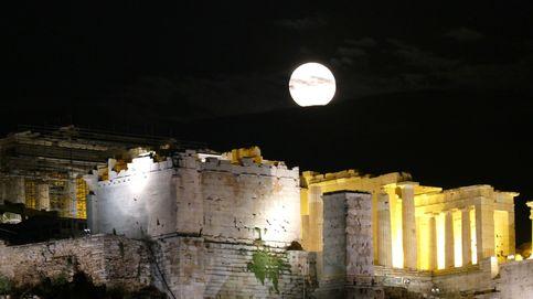 Luna llena en Atenas y la sequía afecta a toda España: el día en fotos