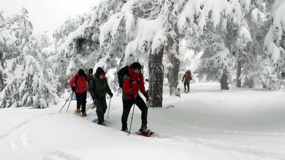 Foto: Un grupo de senderistas se dirige desde el Puerto de Navacerrada hacia la zona de Siete Picos en el Parque Nacional de la Sierra de Guadarrama. (Efe)
