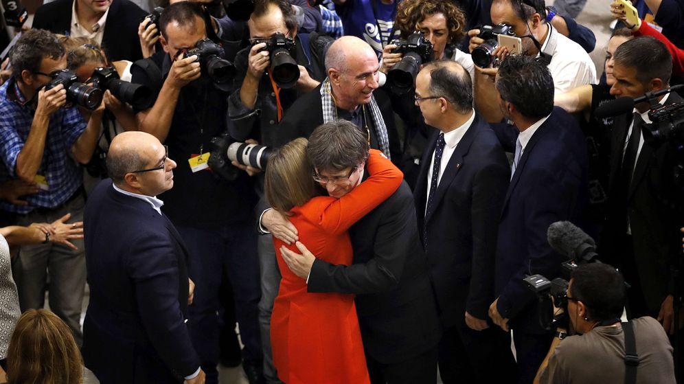 Foto: El presidente de la Generalitat de Cataluña, Carles Puigdemont, y la presidenta del Parlament, Carme Forcadell, tras la firma del documento sobre la independencia. (EFE)