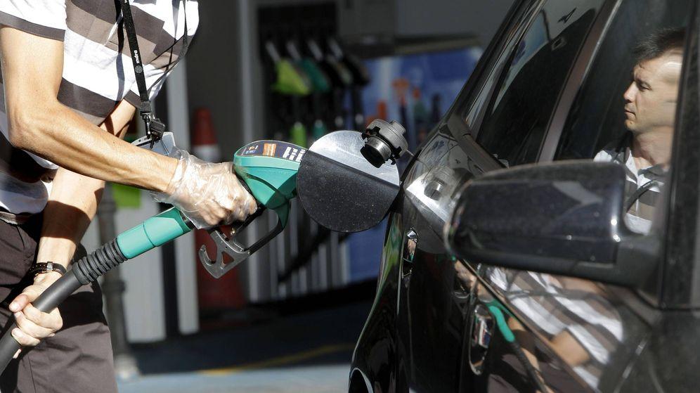 Foto: Un conductor reposta en una gasolinera de Madrid. (EFE)