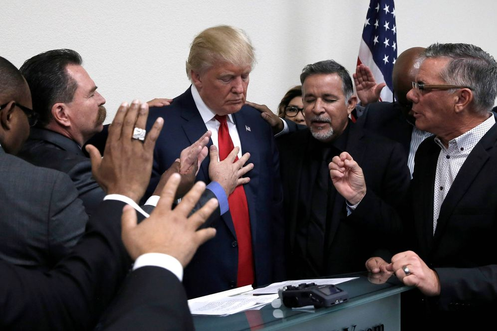 Foto: Donald Trump reza con varios sacerdotes durante una visita de campaña a la Iglesia Internacional de Las vegas, en Nevada. (Reuters)