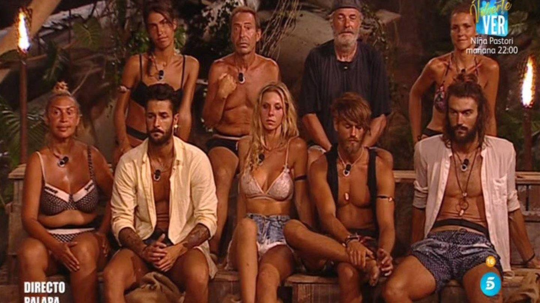 Los concursantes de 'Supervivientes' escuchando la bronca de Jorge. (Telecinco)