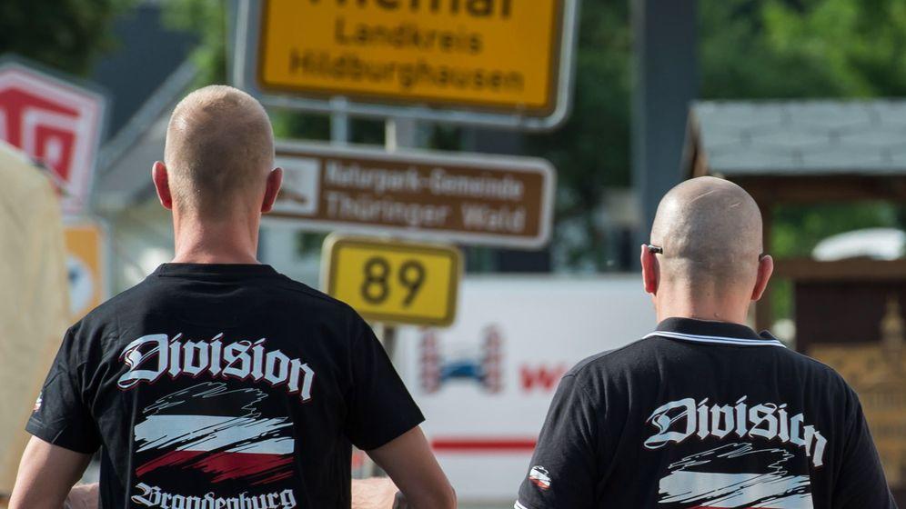 Foto: Dos ultraderechistas en un concierto neonazi en Themar, Turingia (EFE)