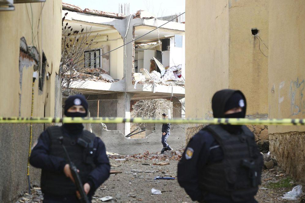 Foto: La policía monta guardia delante de un edificio destruido por un camión bomba atribuido al PKK, el 14 de enero de 2016 (Reuters)