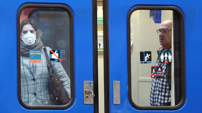 Foto: Pasajeros en el Metro de Madrid hoy lunes 16. (Reuters)