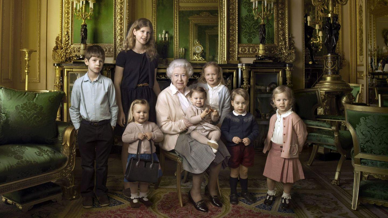 Isabel II, con sus nietos James y Lady Luisa Mountbatten-Windsor (a su derecha), y con sus bisnietos Mia Tindall, Savannah, Isla Phillips, el príncipe George y la princesa Charlotte.  (EFE)