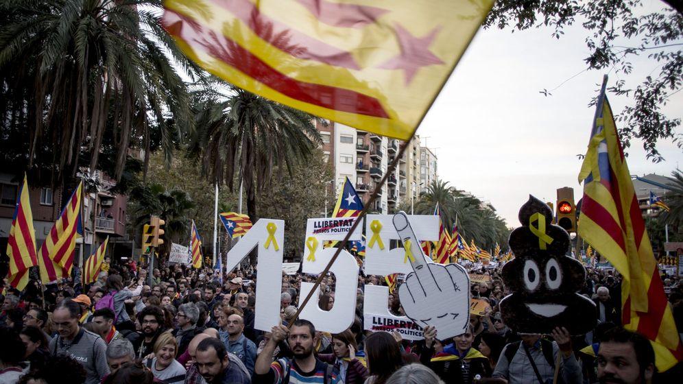 Foto: Manifestación convocada por la ANC y Òmnium en Barcelona para exigir la libertad de los presos soberanistas. (EFE)
