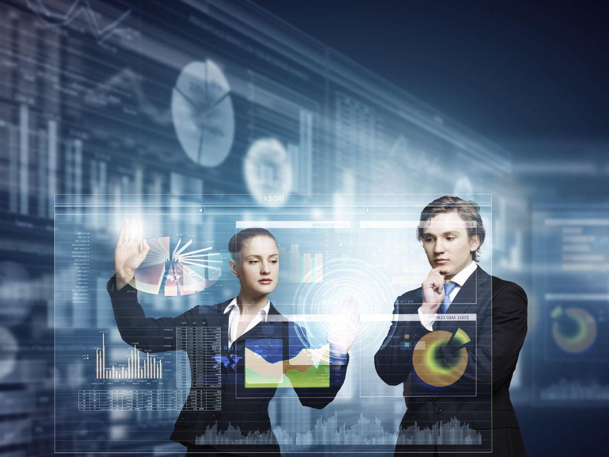 Foto: Imagen de archivo de dos empresarios con una pantalla táctil. (iStock)