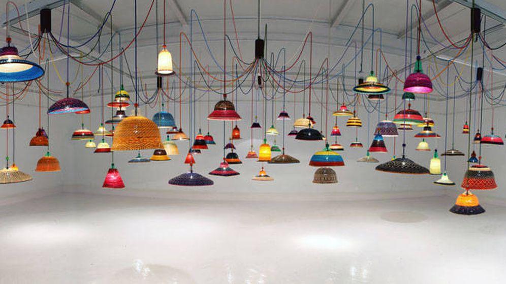 Foto: El estudio del diseñador Álvaro Catalán de Ocón con sus originales lámparas. (Cortesía del artista)