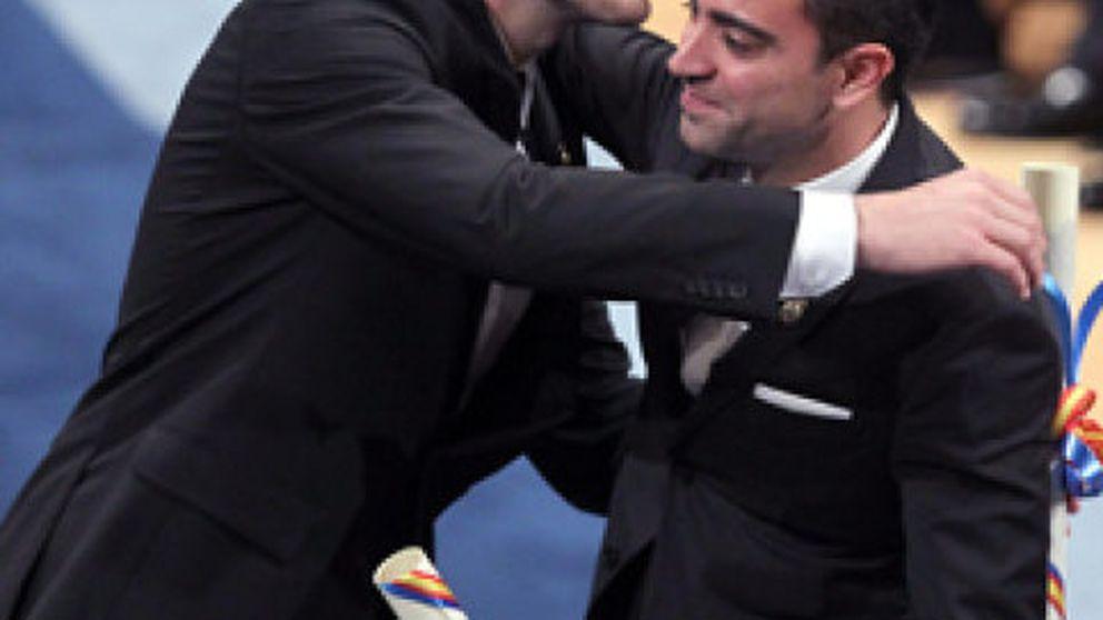 """Don Felipe ensalza los valores de """"amistad"""" y """"juego limpio"""" en Iker Casillas y Xavi"""