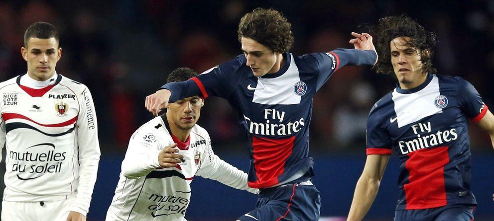 Foto: Adrien Rabiot conduce el esférico ante la mirada de dos rivales y de Edinson Cavani.