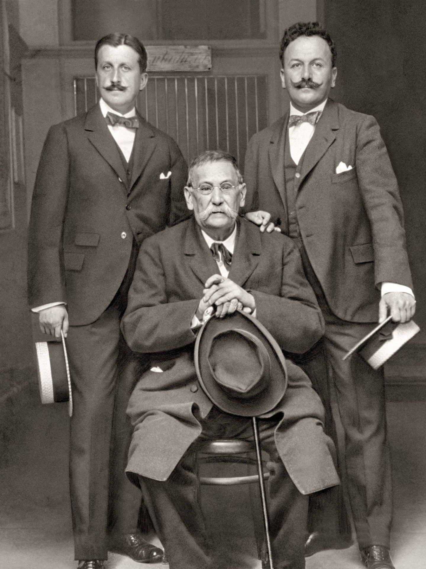 Con los hermanos Álvarez Quintero en 1916. Cortés.