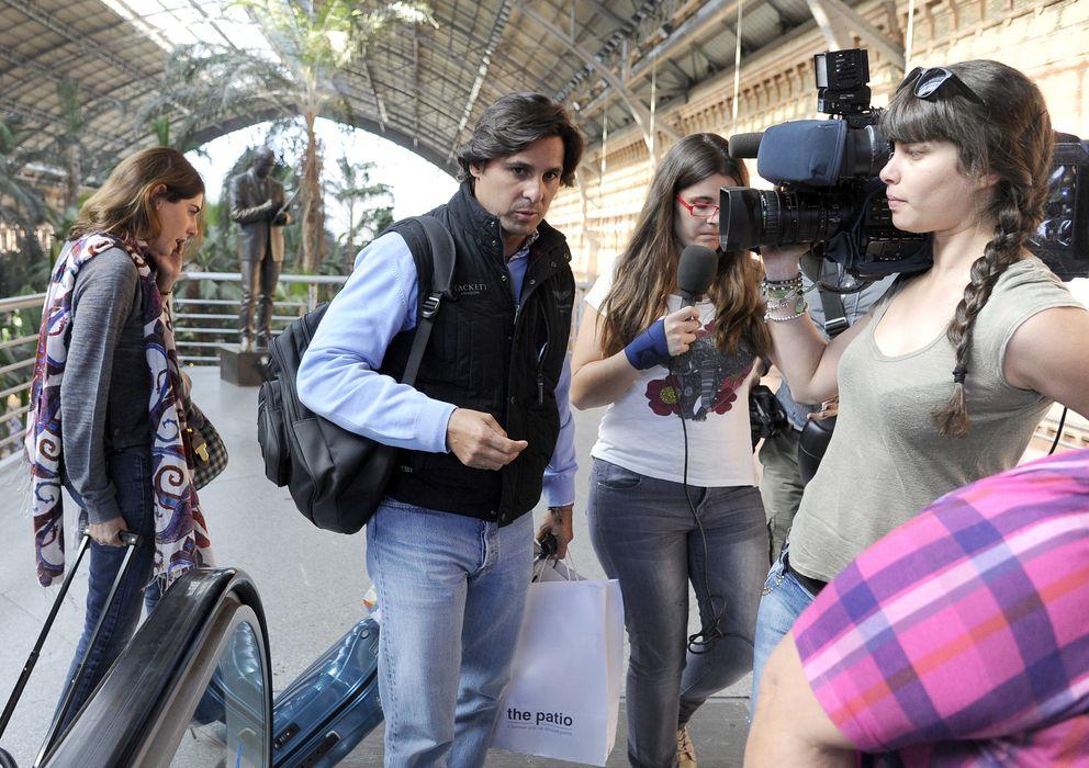 Foto: Fran Rivera y Lourdes Montes preguntados por los periodistas en la estación de Atocha de Madrid (I.C.)
