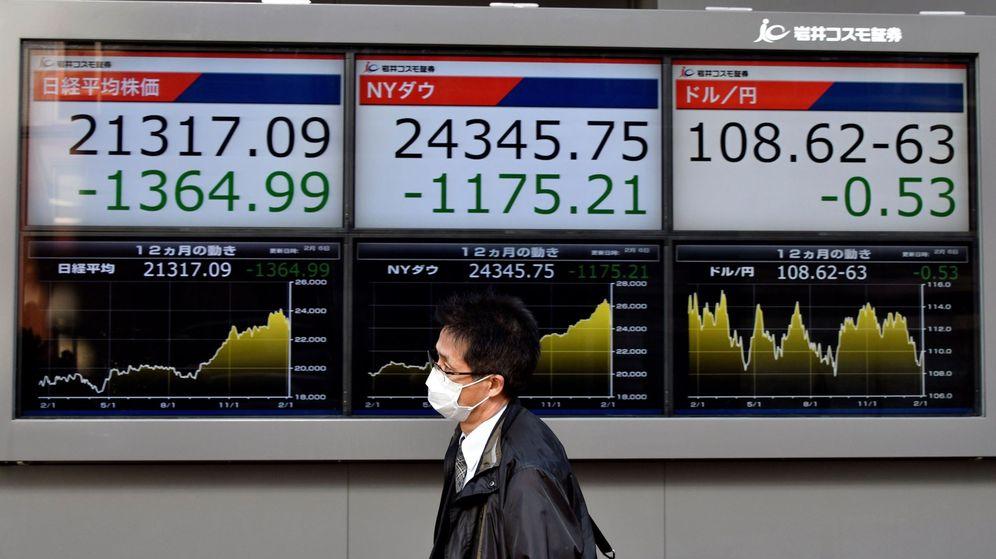 Foto: Pantallas con información sobre el cambio de divisas. (Reuters)