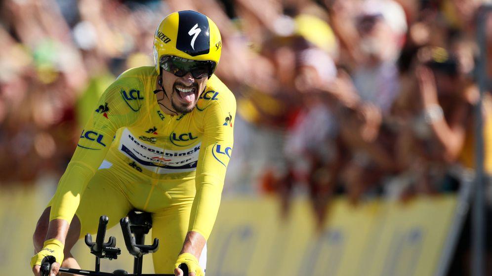 Foto: Julian Alaphilippe, con el maillot amarillo, entra en meta como vencedor de la crono. (Reuters)