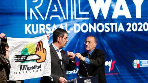 Irrumpen en un acto sobre transporte ferroviario