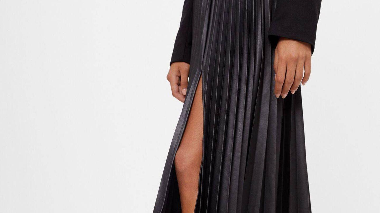 Falda plisada efecto piel de Bershka. (Cortesía)