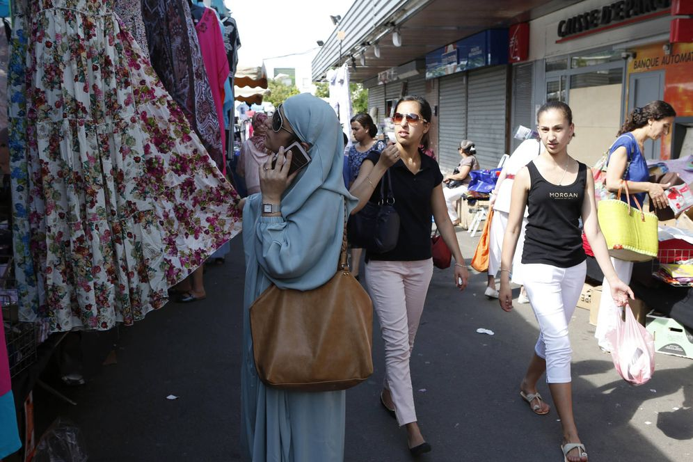 Foto: Una mujer musulmana en Mantes-la-Jolie, un mercado en los suburbios de París (Reuters).