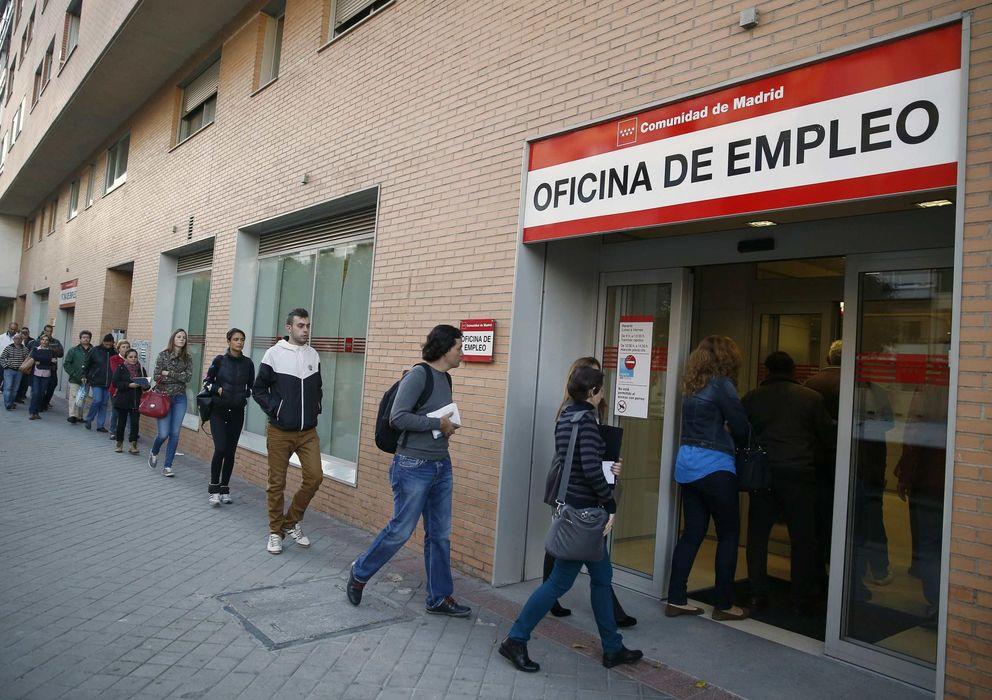 Foto: Varias personas hacen fila para entrar en una oficina de empleo de Madrid (Reuters)