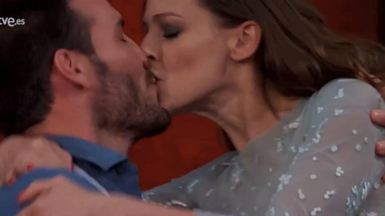 El piragüista y la presentadora se besaron en una de las pruebas.