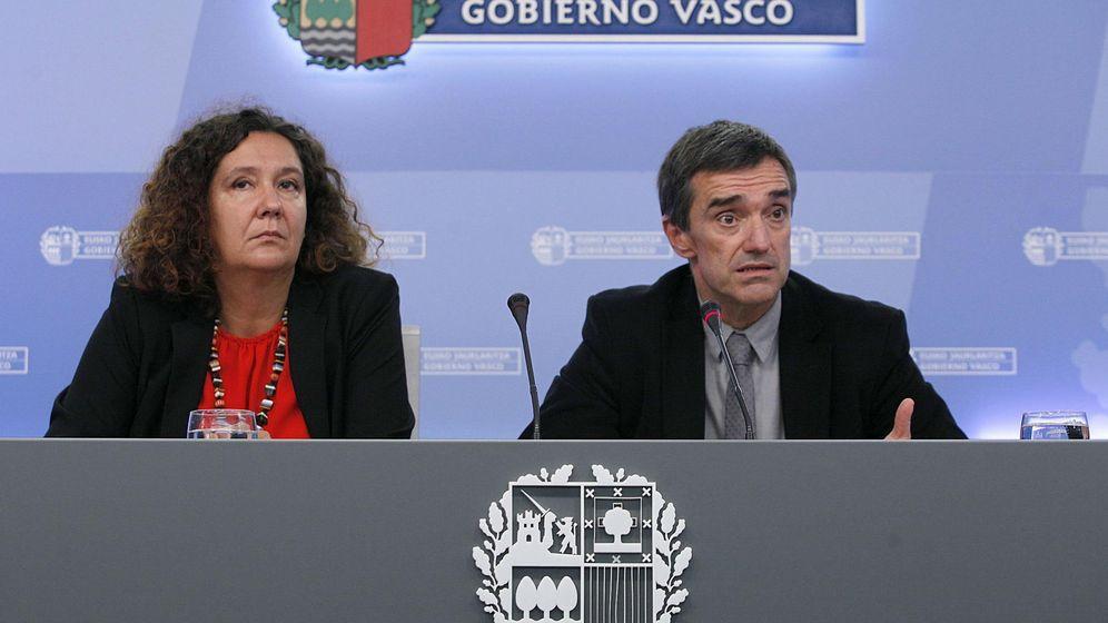 Foto: La directora de Víctimas del Gobierno vasco, Monika Hernando, y el secretario general de Paz y Convivencia, Jonan Fernández. (EFE)