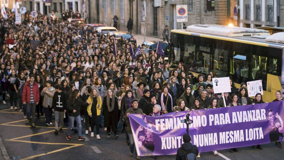 Foto: Mujeres se manifiestan junto a un autobús durante el 8 de marzo. (EFE)