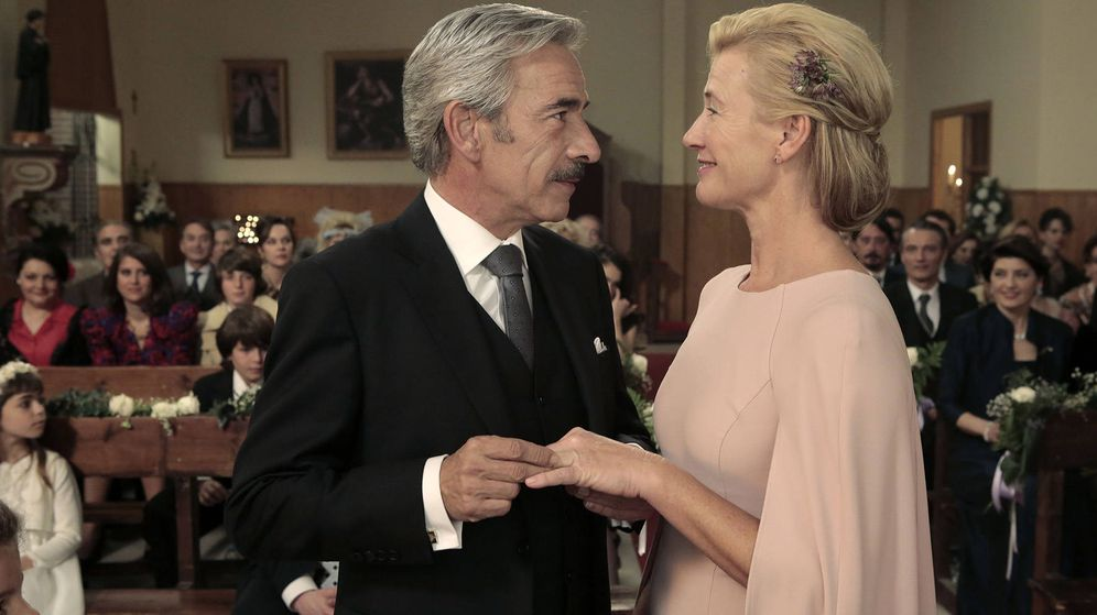 Foto: Imagen del capítulo final de esta temporada, con la boda de Antonio y Mercedes. (RTVE)
