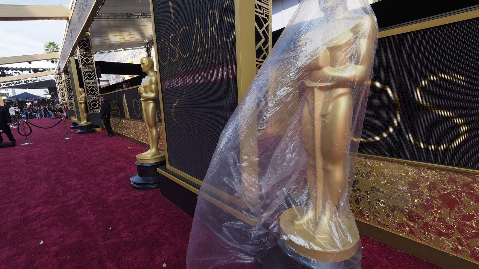 Foto: La estatua de un óscar todavía envuelta en plástico antes de la gala de 2016.