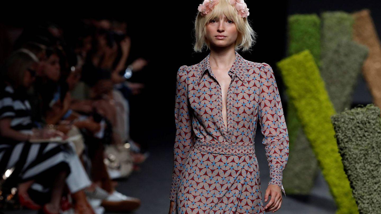 Un vestido largo y estampado de la colección primavera verano 2019 de Teresa Helbig. EFE/Chema Moya
