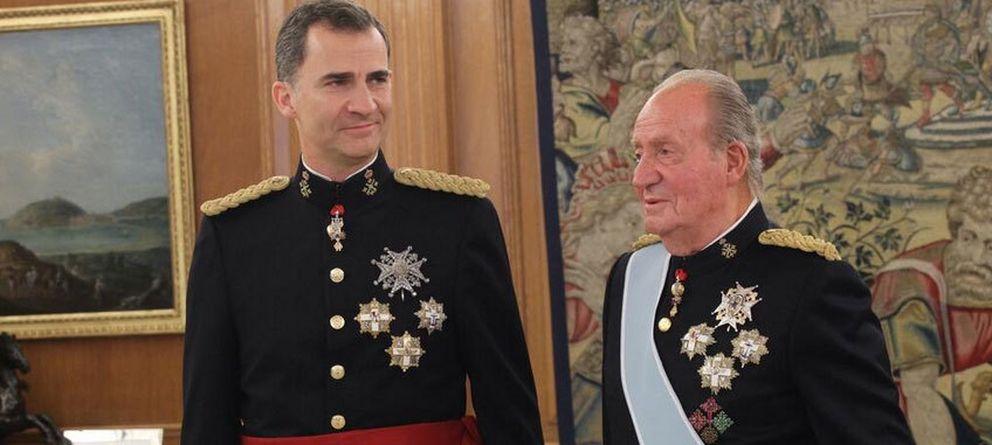 Foto: Don Juan Carlos coloca el fajín a Felipe VI