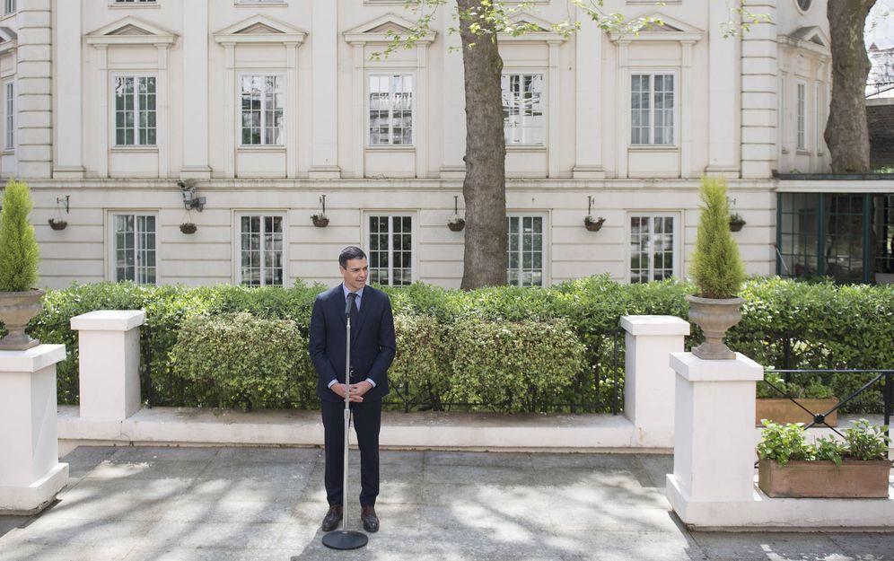 Foto: Pedro Sánchez, durante sus declaraciones a los medios en la embajada española en Londres, este 4 de mayo. (Borja Puig   PSOE)