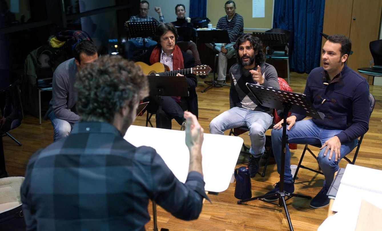 Pablo Heras Casado junto al cuadro flamenco de 'El público' (Javier del Real)