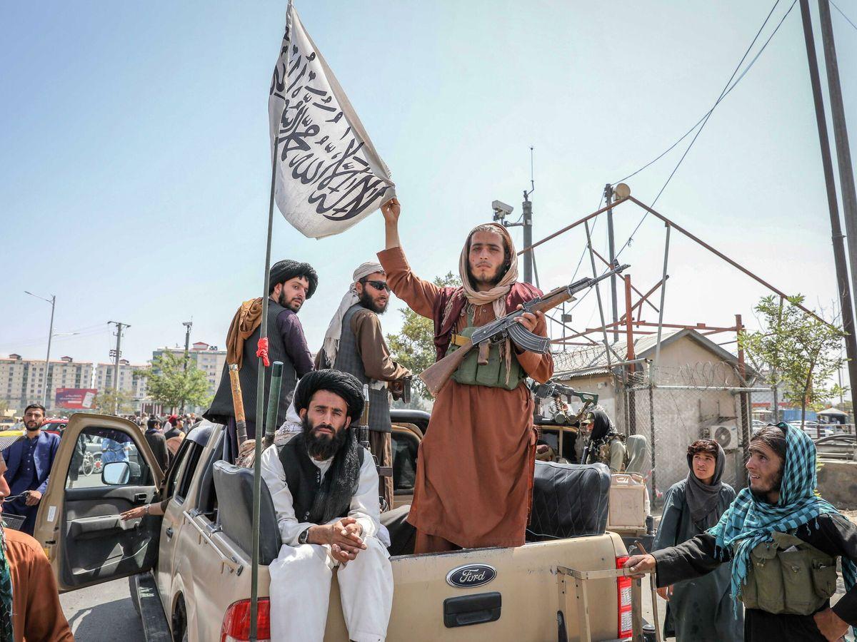 Foto: Insurgentes talibanes en Kabul tras la toma de la capital de Afganistán (EFE)
