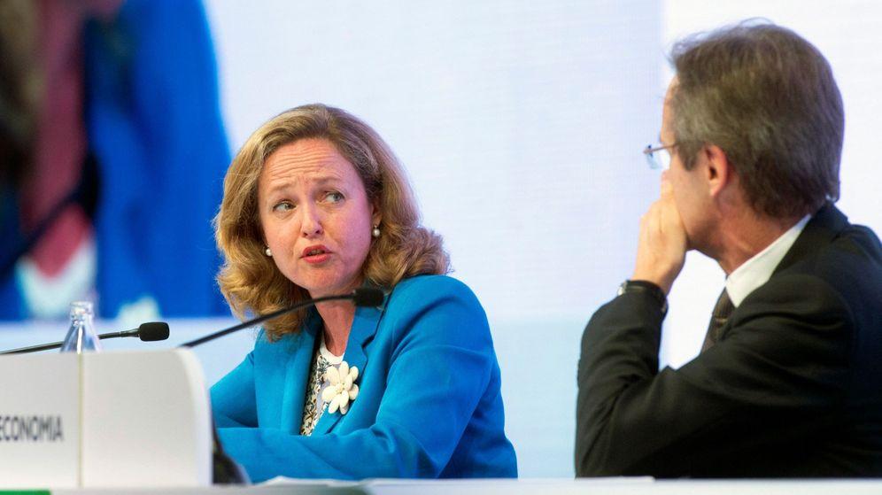 Foto: La ministra de Economía y Empresa en funciones, Nadia Calviño (i), y el presidente de CaixaBank, Jordi Gual. (EFE)