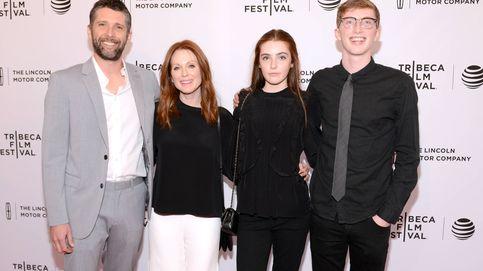 Julianne Moore y sus dos hijos, Caleb y Liv: como tres gotas de agua a sus 60 años recién cumplidos