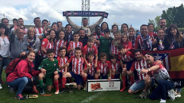 El bonito gesto del doble pasillo de los alevines del Real Madrid y Atlético