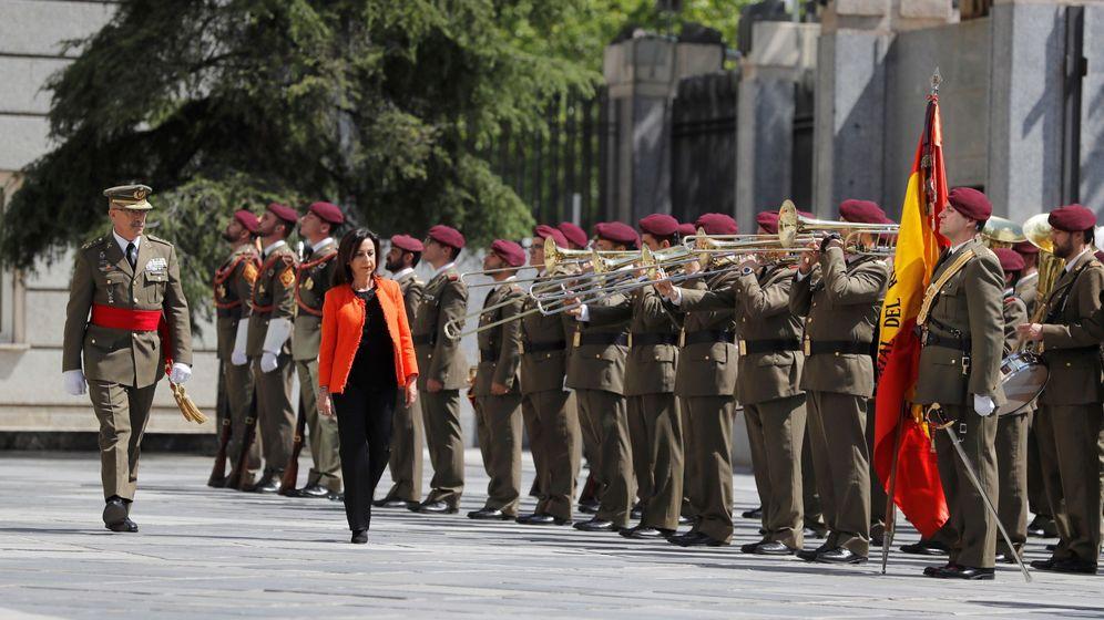 Foto: La ministra de Defensa, Margarita Robles, pasa revista durante la ceremonia de traspaso de cartera en el ministerio. (EFE)