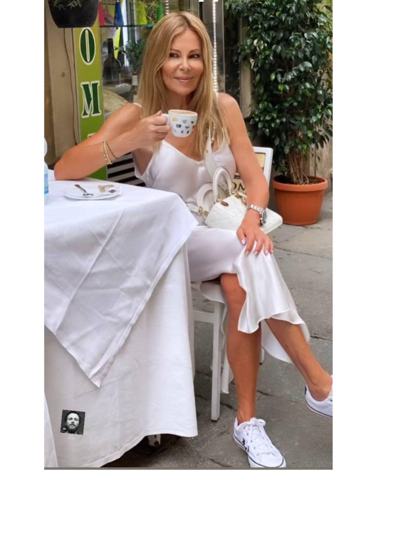 Ana Obregón, disfrutando de un café en Roma. (Instagram @ana_obregon_oficial)