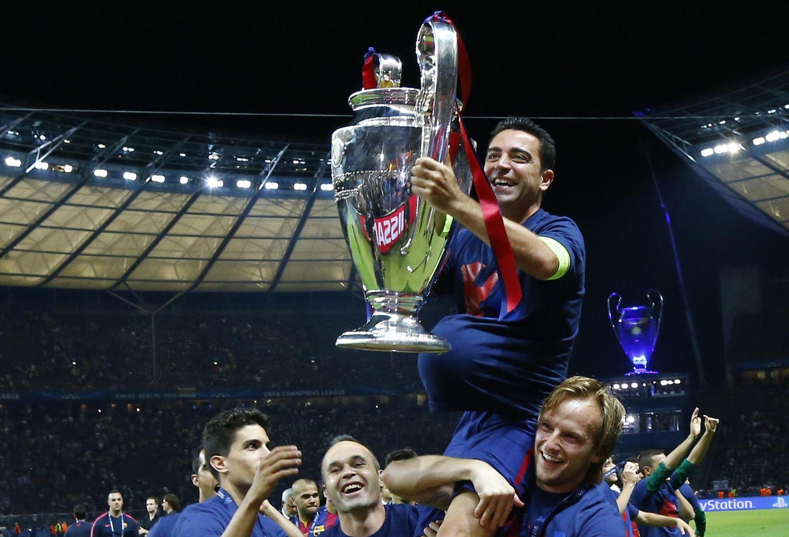 Foto: Xavi se despidió levantando la Quinta y pendiente de una cosa: no perder la pelota
