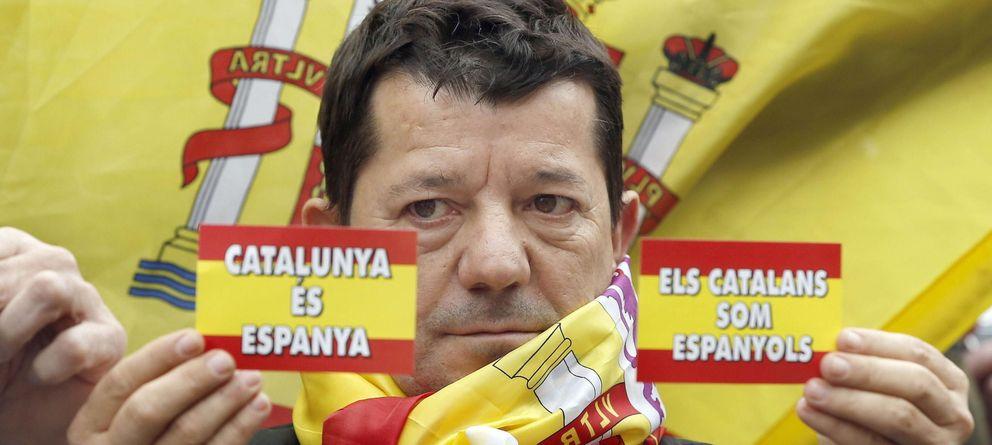 Foto: Un simpatizante de Ciutadans, durante la lectura del manifiesto en Barcelona. (Efe)